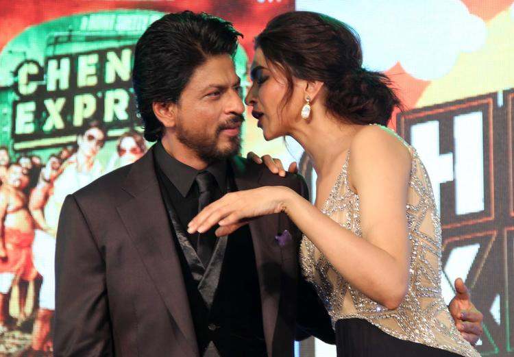 SRK And Deepika Cool Discussion At The Music Launch Of Chennai Express