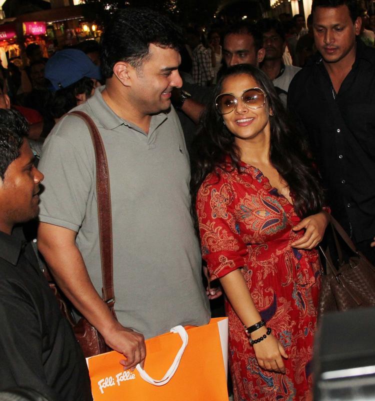 Siddharth With Wife Vidya Smiling Look Arrive From IIFA Awards 2013 At Mumbai Airport