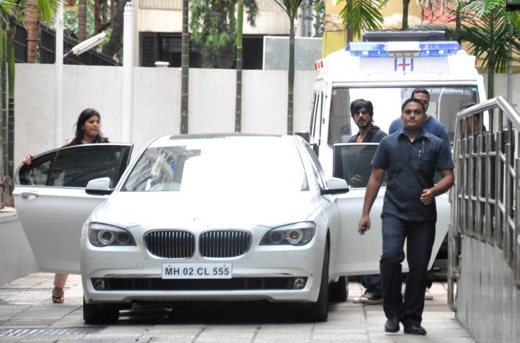 Shahrukh Khan Spotted To Meets Hrithik Roshan At Hinduja Hospital