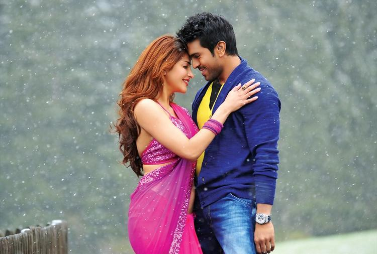 Shruti Haasan And Ram Charan Hot Nice Look Still From Yevadu Movie
