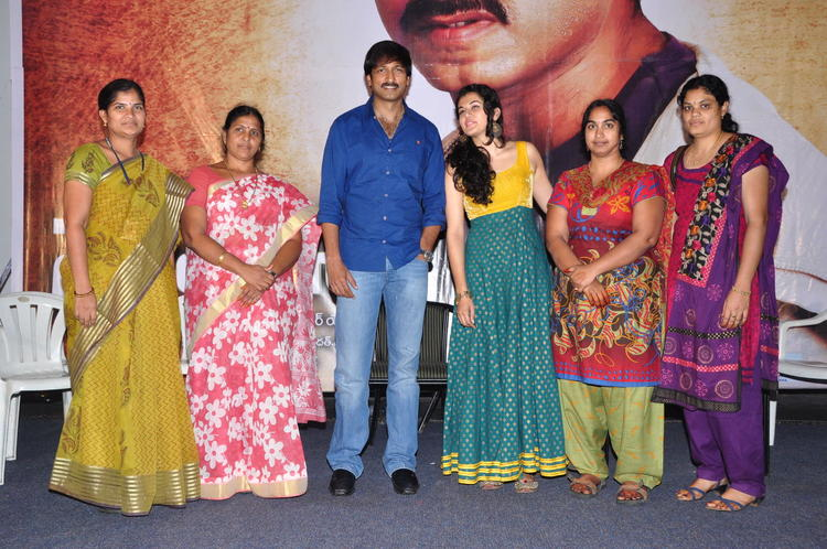 Gopichand And Taapsee In Sahasam Show Photo Shoot With School Madams