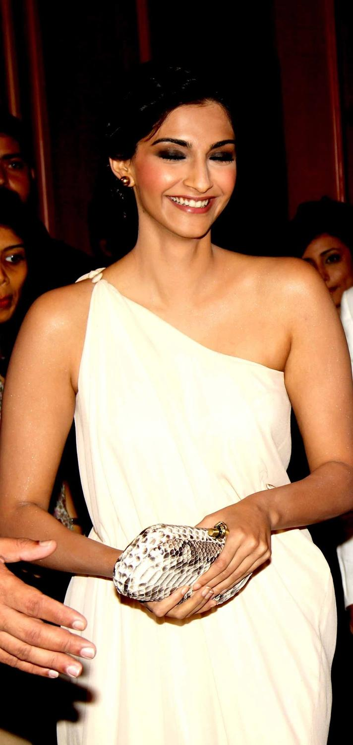 Sonam Kapoor Smiling Pic During The Birthday Party Of Sanjay Kapoor