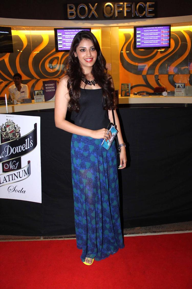 Anushka Ranjan Glamour Look In Red Carpet At The Premiere Of Bajatey Raho Movie