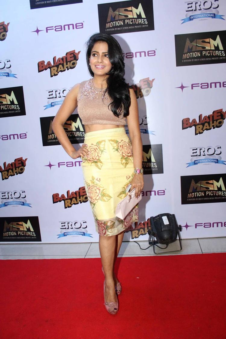 Vishakha Singh Stylish Look In Red Carpet At The Premiere Of Bajatey Raho Movie