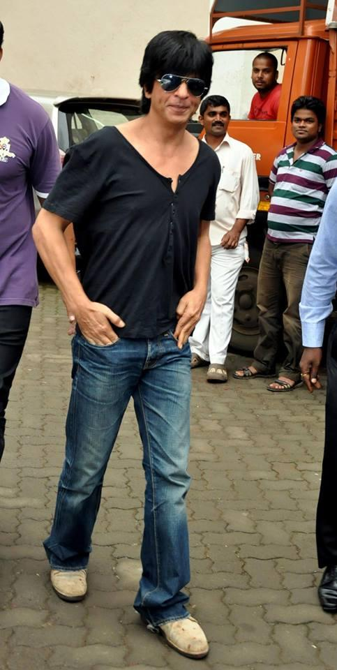 SRK Cool Stylish Look During The Promotion Of Chennai Express On The Sets Of Madhubala Ek Ishq Ek Junoon