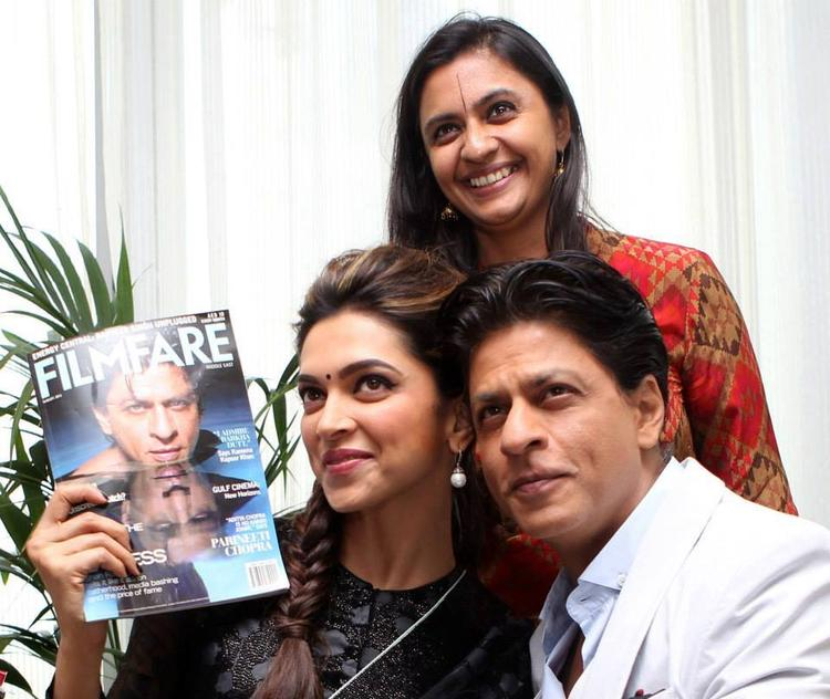 Deepika And SRK Posed With Filmfare Middle East Team In Dubai