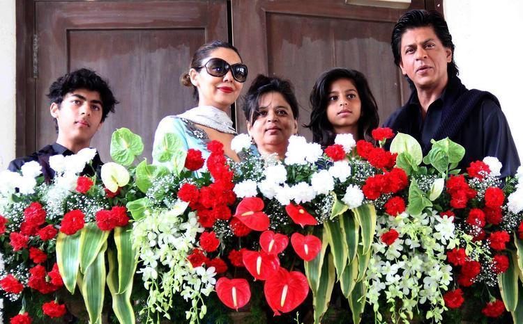 Aryan,Gauri,Shehnaz,Suhana And SRK Strike Posed During The Celebration Of Eid At Their Bungalow Mannat