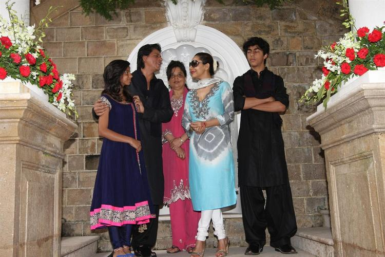 Daughter Suhana,SRK,Sister Shehnaz,Wife Gauri And Son Aryan Posed During The Celebration Of Eid At Their Bungalow Mannat