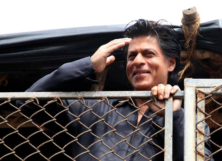 SRK Cute Smiling Look During The Celebration Of Eid At His Bungalow Mannat