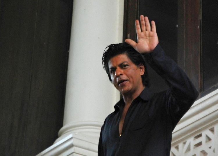 SRK Wishing Eid To His Fans During The Celebration Of Eid At His Bungalow Mannat