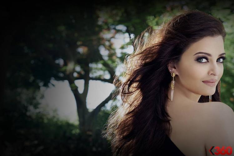 Gorgeous Aishwarya Rai Bachchan Sizzling Pic In The Park
