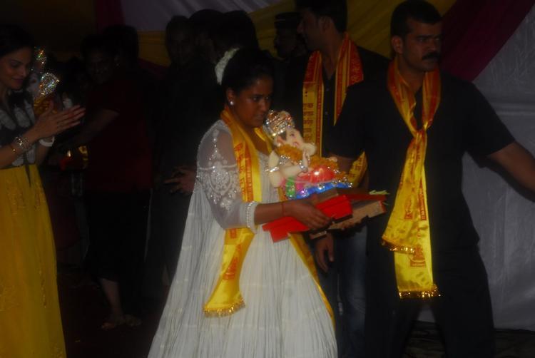 Arpita Khan With Ganesh At Salman Khan's Ganesh Visarjan Ceremony