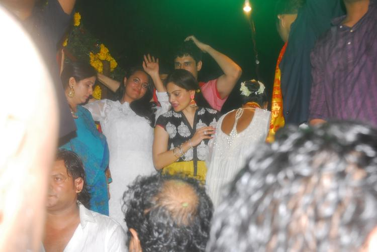 Sonakshi Sinha Snapped At  Salman Khan's Ganesh Visarjan