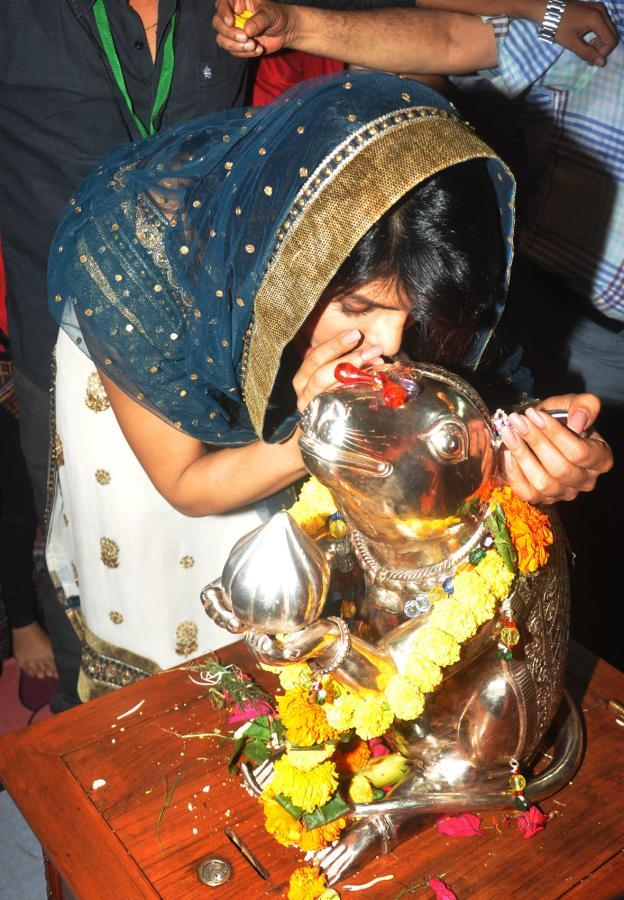 Priyanka Chopra Offers Flowers At Ganapati Andheri Cha Raja 2013