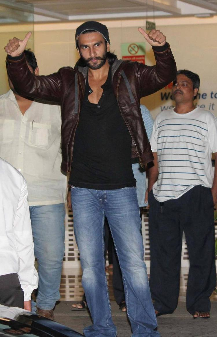 Ranveer Singh Greets Public During He Discharged From Hinduja Hospital
