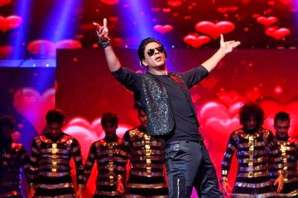 SRK On His Signature Pose At Temptations Reloaded 2013 In Sydney