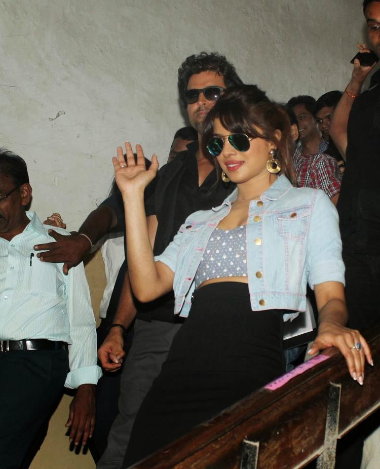 Bollywood Celebrities Hritik And Priyanka Snapped Promoting Krrish 3 Upcoming Bollywood Movie At Mithibai College
