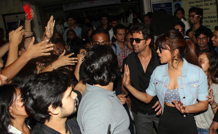 Hrithik And Priyanka Say Hello Their Fans At Mithibai College