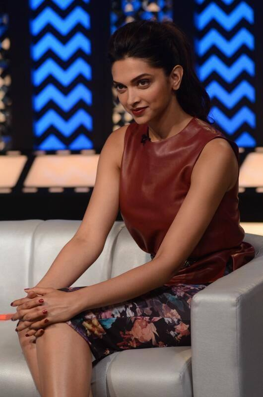 Deepika Padukone Cute And Sexy Pose During The Front Row With Anupama