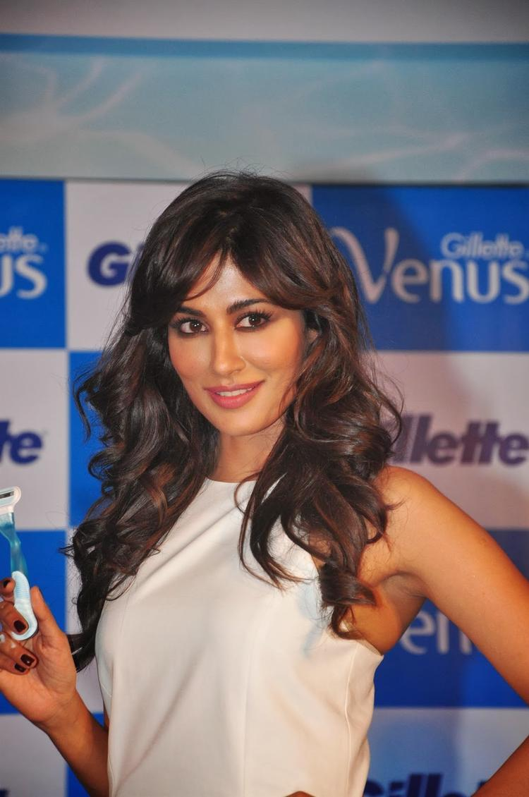 Chitrangada Singh Sizzling Pose During The Launch Gillette Venus Razor