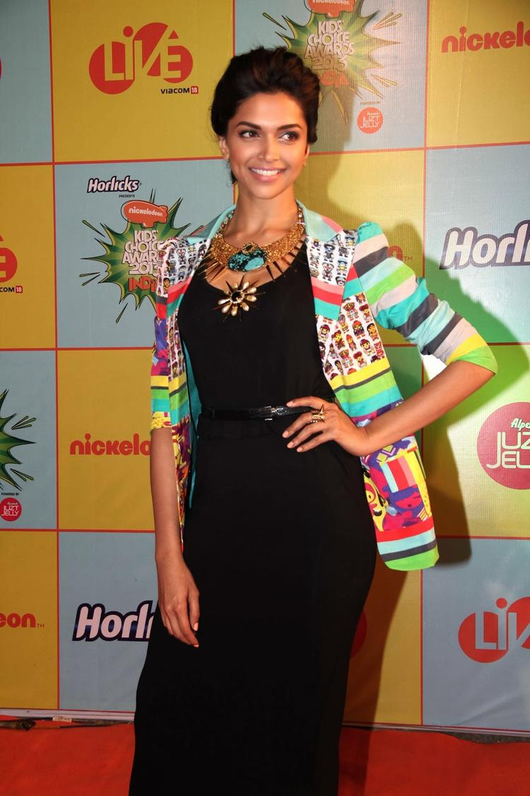 Deepika Padukone Pose During The Nickelodeon Kids Choice Awards 2013 Event