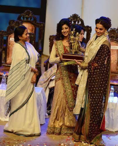 Bipasha Pose With Award At The Kolkata International Film Festival 2013