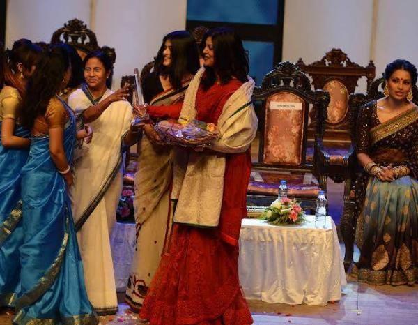 Sushmita With Award On The Stage Of Kolkata International Film Festival