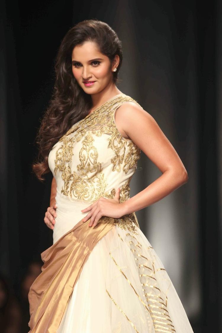Sania Mirza Strikes A Pose For Shantanu And Nikhil Collection At AVIBFW 2013 Show
