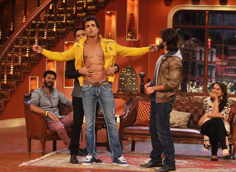 Sonu Sood Show His Six Packs At Comedy Nights with Kapil Show