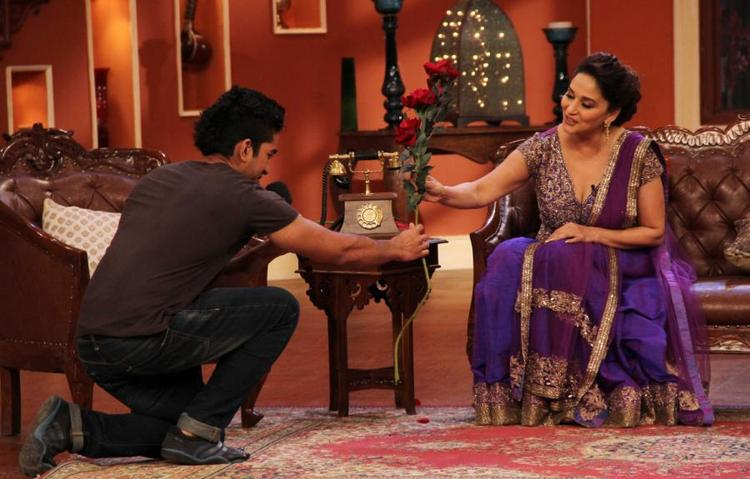Fan Gives Beautiful Rose's To Madhuri At Comedy Nights With Kapil Show