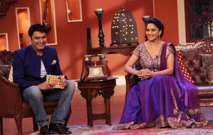 Kapil And Madhuri Smiling Pic During Dedh Ishqiya Promotions Comedy Nights With Kapil Sets