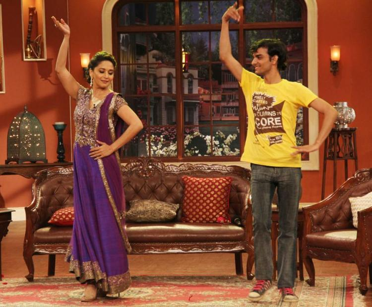 Madhuri Dance with A Fan At Dedh Ishqiya Promotion At Comedy Nights With Kapil Sets