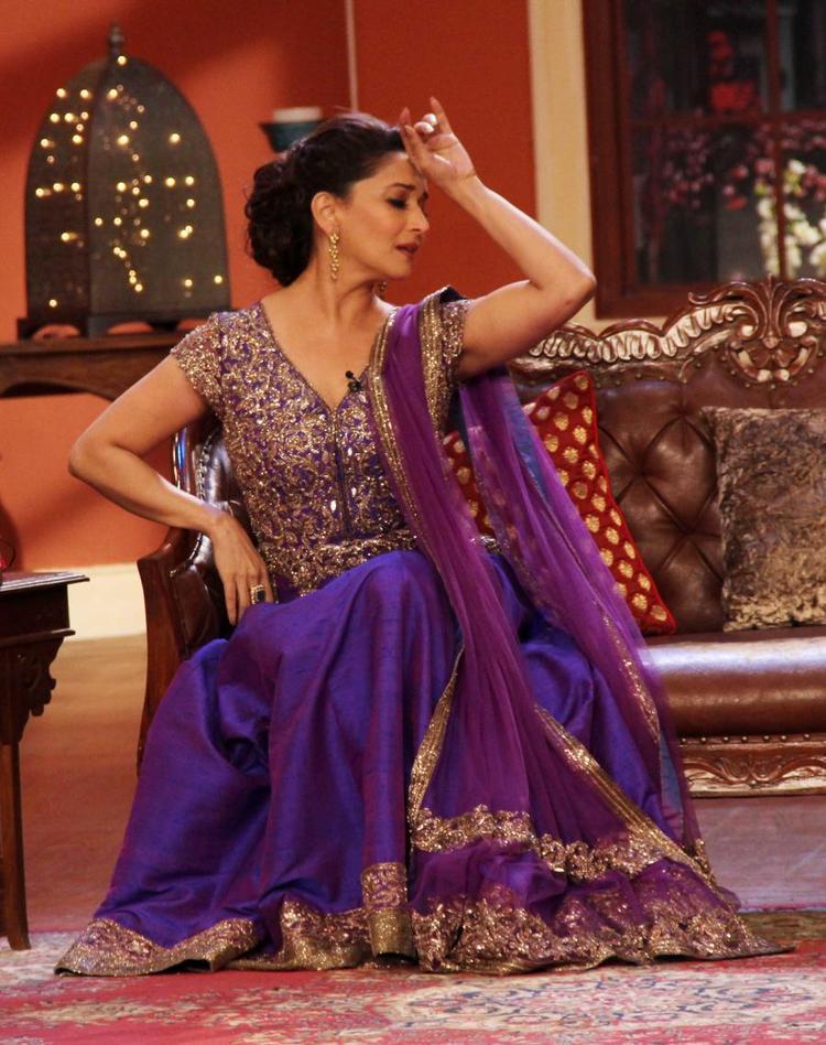 Madhuri Dixit Strikes A Pose During Dedh Ishqiya Promotions At Comedy Nights With Kapil Sets