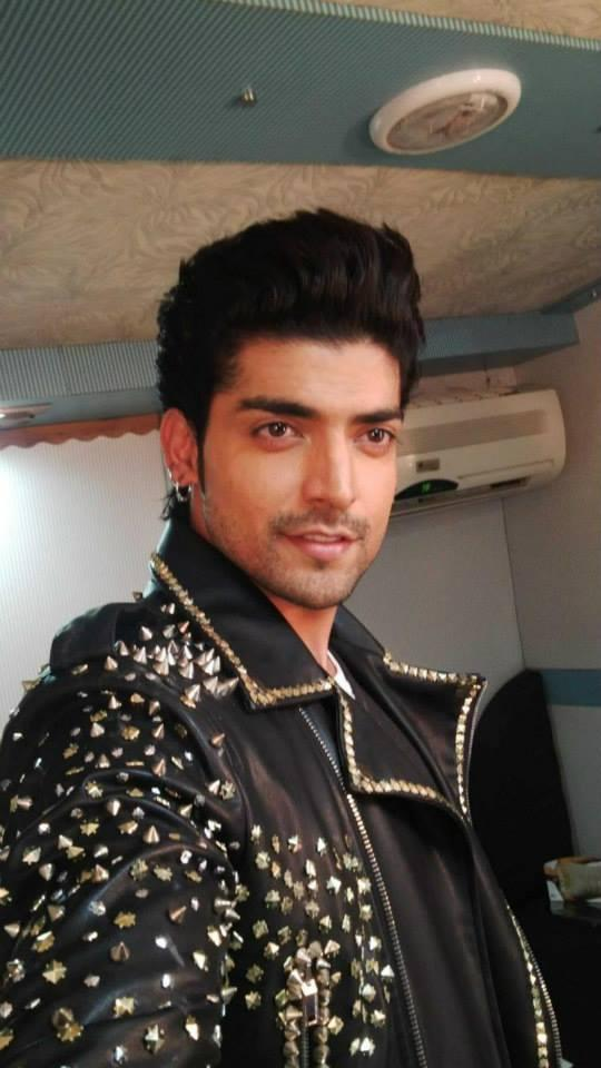 TV Heartthorb Gurmeet Spotted To Perform For Mirchi Top 20 Event 2014