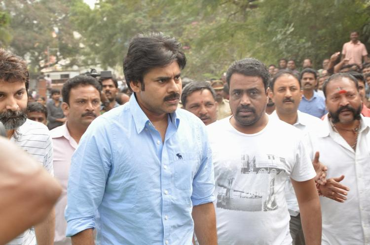 Pawan Kalyan Pay Tribute To Akkineni Nageswara Rao Dead Body