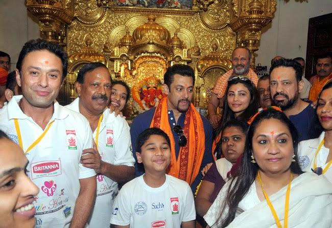Fans Pose With Salman Khan And Daisy Shah At The Siddhivinayak Temple