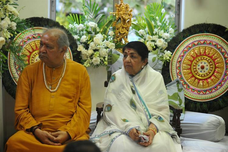 Lata Mangeshkar Shares A Moment After Receiving The First Sathkalaratna Puraskar, With Hari Prasad Chaurassiya