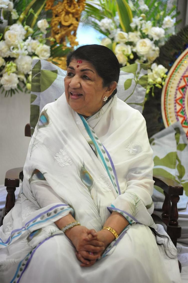 Lata Mangeshkar Smiling Pic After Receiving The First Sathkalaratna Purskar