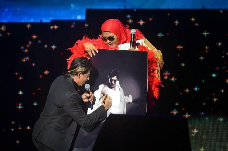 SRK Signed Autograph For A Fan At Temptation Reloaded 2014 In Malaysia
