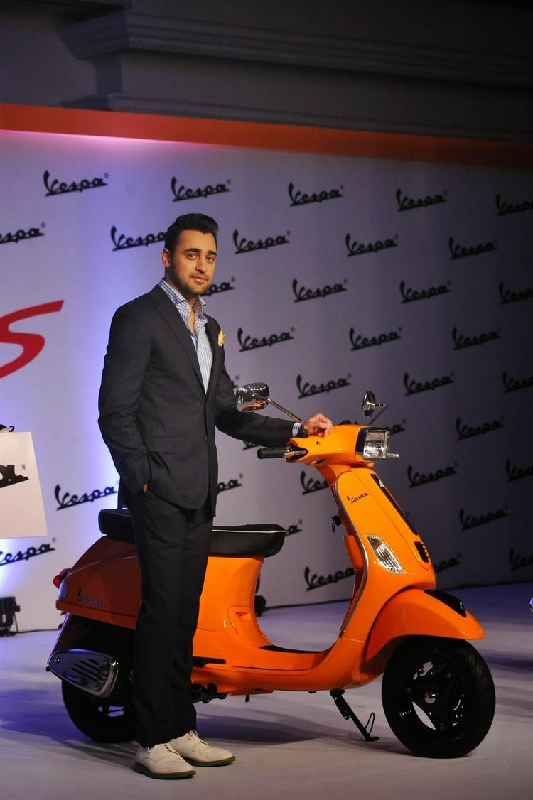 Imran Khan Posed WIth Scooter During The Launch Of Piaggio Vespa Automatic S Scooter
