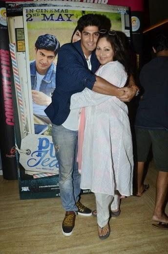 Tanuj Virwani Sweet Pose With Her Mom Rati During The Special Screening Of Purani Jeans