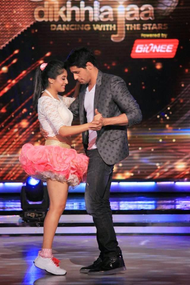 Sidharth Dance With A Contestant On Jhalak Dikhhla Jaa 7 Stage