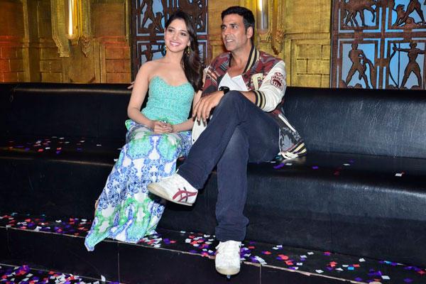 Akshay And Tamannaah Smiling Pose During The Promotion Of Entertainment Movie On The Sets Of Entertainment Ke Liye Kuch Bhi Karega