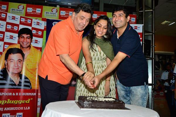 Rishi Kapoor Cuts Cake On His Birthday Celebration At 92.7 Big FM
