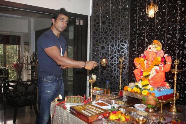 Sonu Sood Did The Customary Aarti In Front Of The Deity