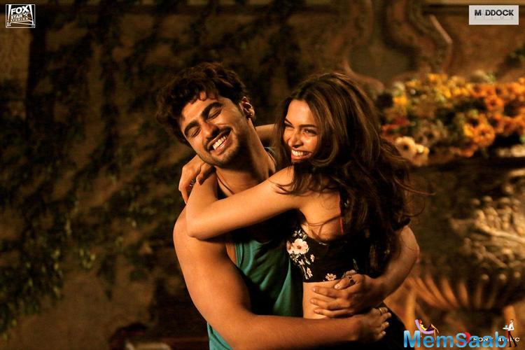 Arjun Kapoor And Deepika Padukon Cool Hugging Still In Finding Fanny Movie Poster
