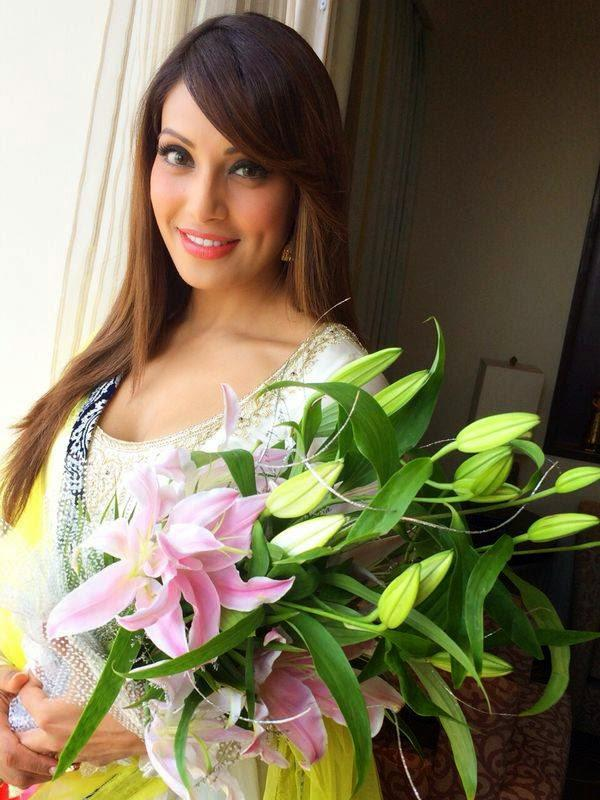 Black Beauty Bipasha Basu Stunning Smiling Look At Jaipur City