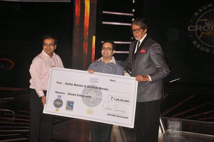 Amitabh Pose With Narula Brother And First 7 Crore Cheque At KBC 8 2014
