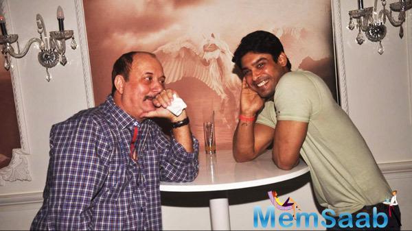 Handsome Siddharth Shukla Flashes Smile At Neha Marda Birthday Party