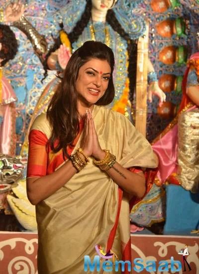 Gorgeous Sushmita Offers Prayers To Goddess Durga